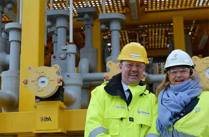 OneSubsea President of Processing Systems, Mads Andersen, handing over the WGC4000 multiphase compressor system to Margareth Ovrum, Statoil Executive Vice President for Technology, Projects, and Drilling. Photo courtesy of Statoil.